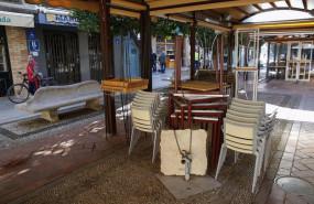 ep archivo - un bar cerrado en una de las calles comerciales de la ciudad de granada vacia y con sus