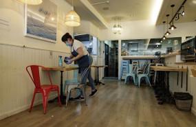ep una camarera limpiando una mesa en un local