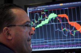 inversor-observa-evolucion-mercados-grafica