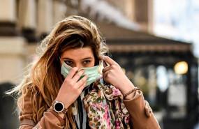 ep una joven se coloca una mascara en milan tras la alerta por el coronavirus