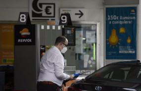 ep archivo - un hombre echa gasolina a su coche en una gasolinera