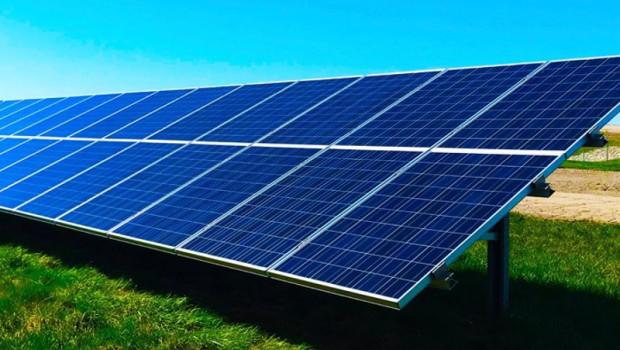 ep caixabank invierte 2400 millones en proyectos de energia renovable hasta agosto