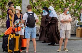 ep unos turistas esperan el autobus mientras una pareja de monjas de la orden de santa angela de la