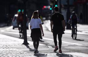 ep una pareja pasea por las calles de madrid a 3 de mayo 2020 en madrid espana