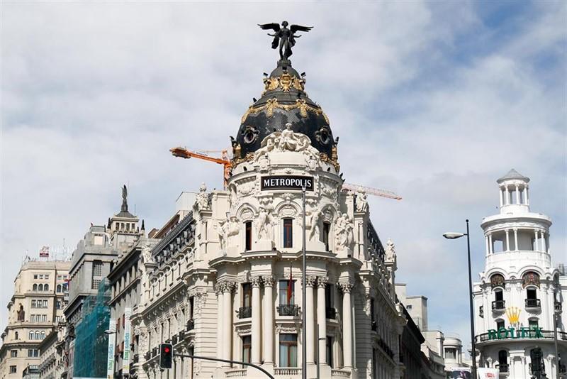 ep fachada del edificio metropolis de madrid al inicio de la calle gran via