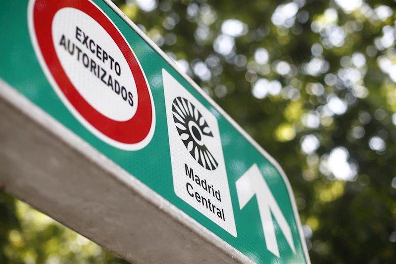 https://img2.s3wfg.com/web/img/images_uploaded/4/1/ep_senal_con_simbolo_de_prohibido_aparcar_al_lado_del_distintivo_de_madrid_central.jpg