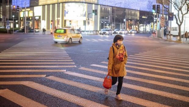 ep una mujer pasea por shanghai