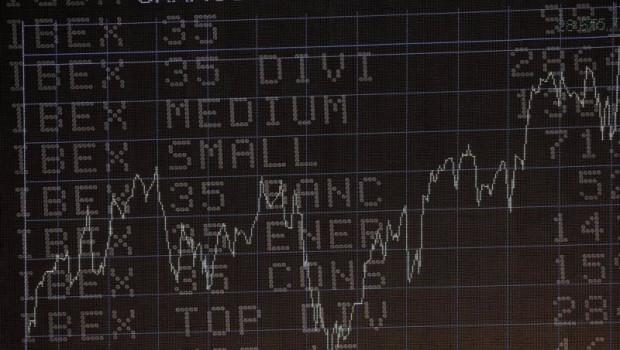 ep pantalla del ibex 35 con el grafico historico de la cotizacion del ibex en la sede de la bolsa de
