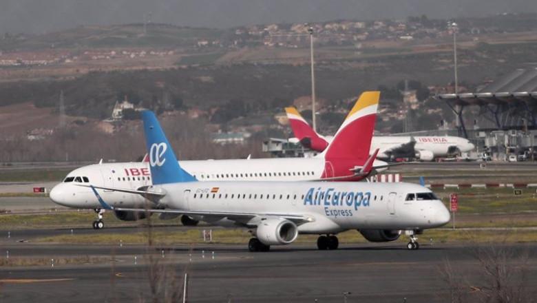 ep un avion de iberia y otro de air europa en las pistas del aeropuerto de barajas tras la