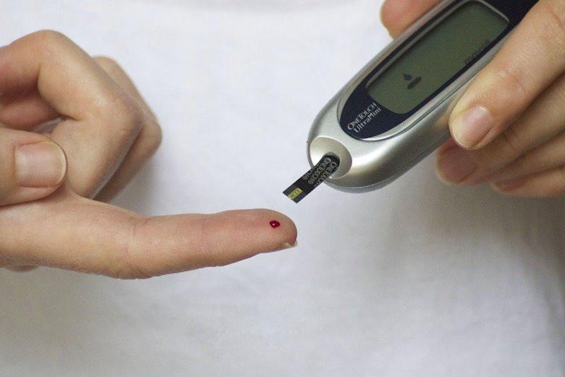 ep una persona con diabetes controla su nivel de azucar en sangre