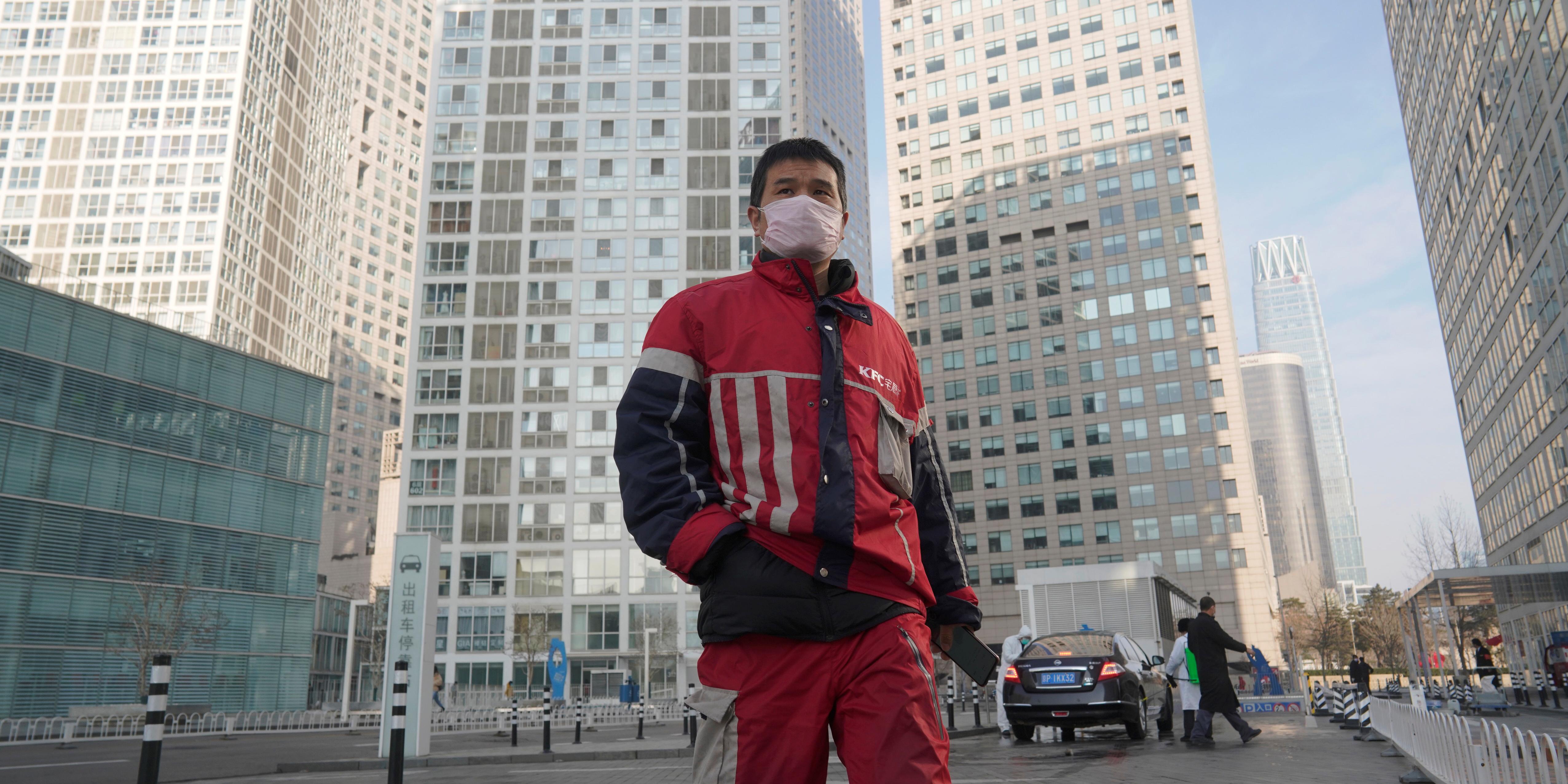 coronavirus-covid-19-un-livreur-kfc-marche-dans-un-complexe-commercial-situe-dans-le-quartier-des-affaires-de-beijing-en-chine