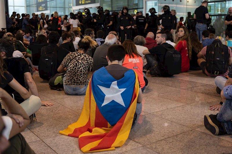 ep sentada en el aeropuerto de barcelona - el prat por la sentencia del proces