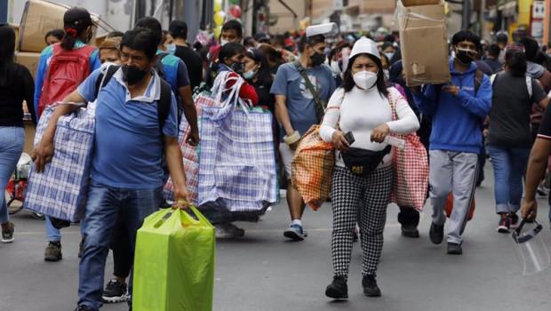 ep archivo - calles de peru con gente llevando mascarillas y ultimando las compras navidenas en el