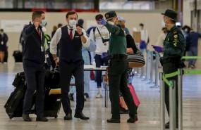 ep agentes de la guardia civil ayudan a viajeros en la terminal 4 del aeropuerto de madrid en el dia