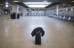 ep una maleta en el suelo en la terminal t1 del aeropuerto adolfo suarez madrid-barajas el dia de su