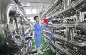 ep un empleado limpia unos equipos en una fabrica de vinos en weifang china