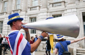 ep 06 august 2019 england london pro-eu campaigner steven bray withmegaphone while wearing a stop brexit hat protesting outside cabinet office in whitehall photo dinendra hariasopa images via zuma wiredpa