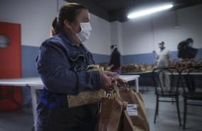 ep una mujer recibe alimentos del proyecto fraternitas que atiende a familias vulnerables de dos de