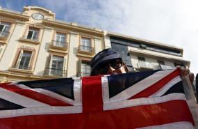 ep manifestante en la plaza de la constitucion de la capital malaguena donde britanicos llegados de