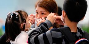 femme-ajuste-masque-pour-prevenir-declenchement-nouveau-coronavirus-chine 20200620160317